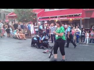 Полиция и уличный артист